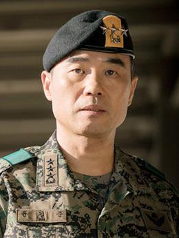 尹总长(姜信日饰演)