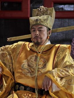 皇帝(张铁林饰演)