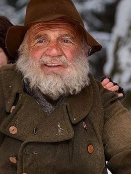 海蒂和爷爷演员布鲁诺·甘茨剧照