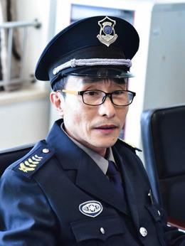 朱队长(巩汉林饰演)