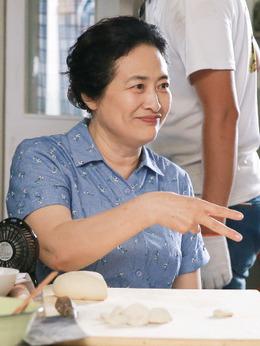 奶奶(许娣饰演)