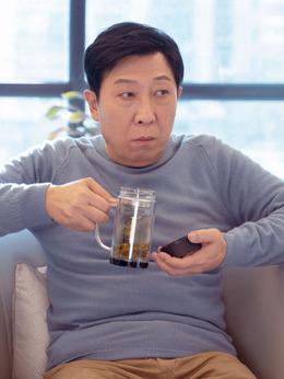 关永年(韩童生饰演)